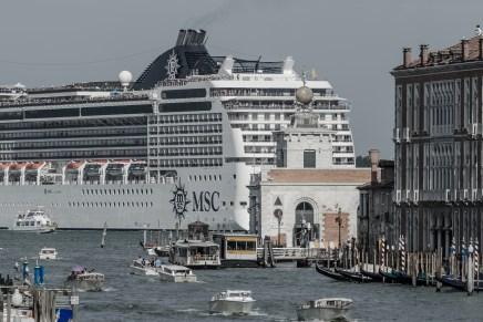 El despojo navega Venecia