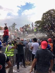 Cadena humana con escombros en Zapata y Prolongación Petén. Fotografía: Agencia Subversiones, licencia copyfarleft P2P.