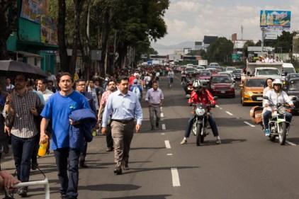 Minutos después del sismo, la gente toma las calles de la ciudad. Fotografía: Agencia Subversiones, licencia copyfarleft P2P.