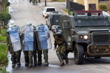 Fuerzas Especiales tirando lacrimógena (foto Felipe Durán)