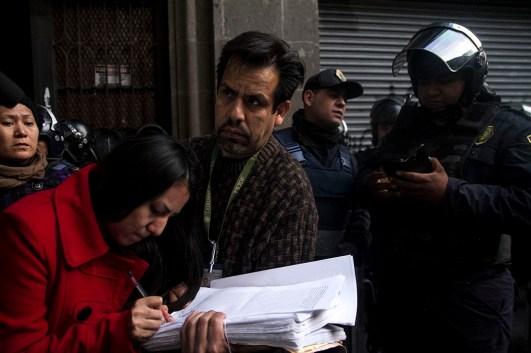 Ciudad de México. Laura Oropeza firma la suspensión del lanzamiento en Emiliano Zapata #68 int. 13 Col. Centro, al comprobar que tiene más de diez años viviendo en ese departamento, lo que contradice el juicio que inició Ricardo Piñeyrúa por falta de pago de arrendamiento en 2016 contra Sandra Luz Vallejo, a quien no conocen. La jueza 47 de lo civil tiene la última palabra.