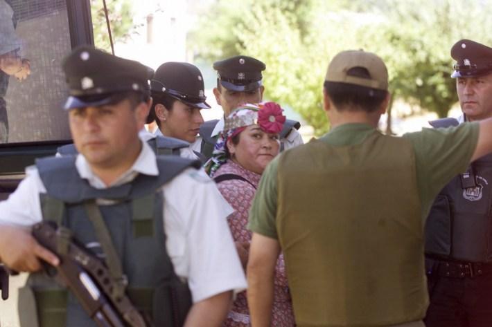 UNA FORMALIZACION DE LA INVESTIGACION SE LLE- BO A CABO EN EL JUZGADO MIXTO DE COLLIPULLI BAJO FUERTES MEDIDAS SE SGURIDAD TANTO DE CARABINEROS COMO DE GENDARMERIA.//FCO PALMA UGARTE/TCO/MARTES/28/01/2003/EN LA FOTO LA CO- MUNERA MIREYA FIGUEROA.