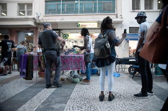 Policial aborda anbulante_fotoAndersonBarobsa