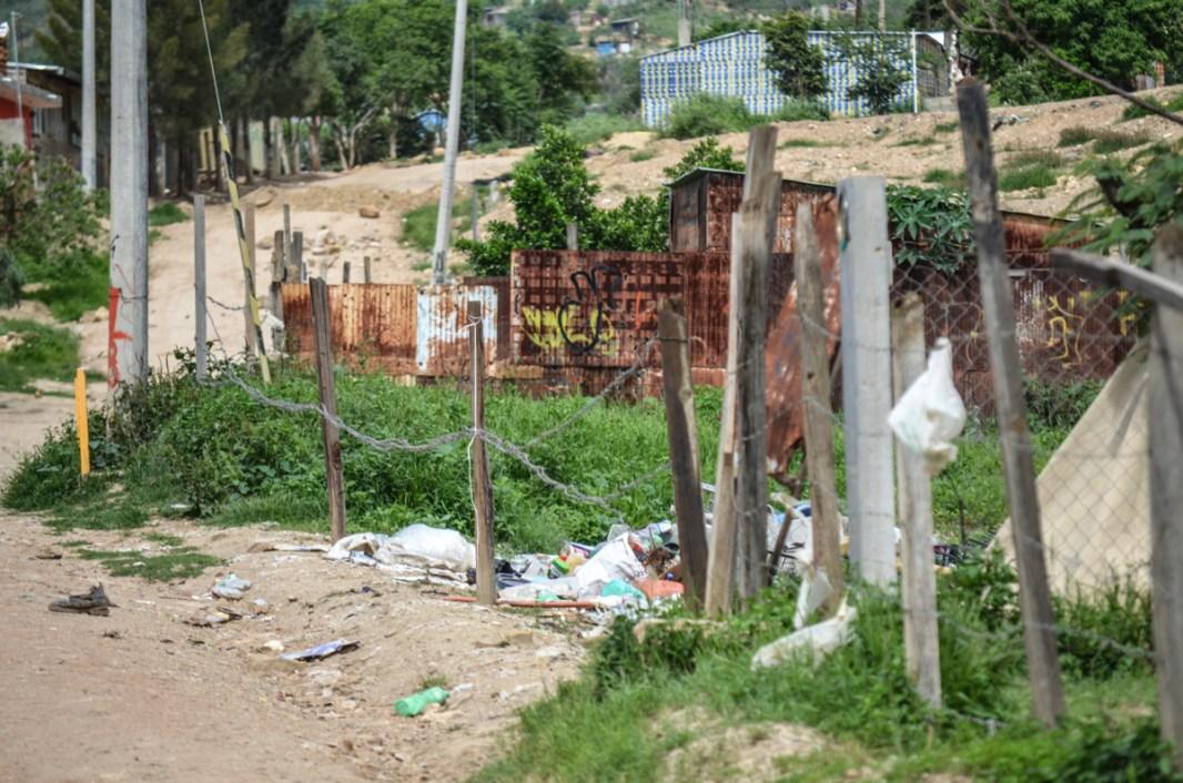 Pobreza en Oaxaca, a pocos kilómetros de la capital del estado se vive sin servicios básicos ni siquiera paredes. Fotografía: José Luis Santillán