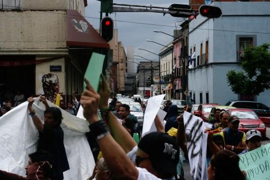 Vecinos desalojados del predio #32 de la calle 2 de Abril en la colonia Guerrero se manifiestan por la nula atención de la CDHDF para recibir sus quejas sobre el abuso policial durante el operativo.