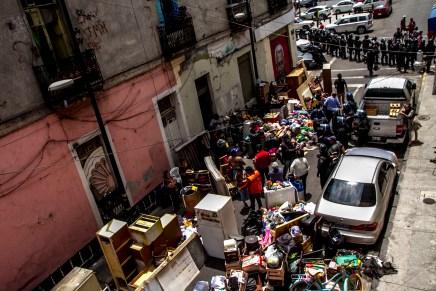 Policías armados con 9mm desalojan parcialmente 2 de Abril #32