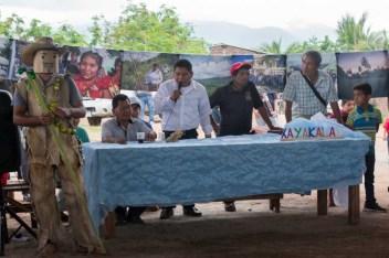 El maestro de ceremonias presenta a los xayacates.
