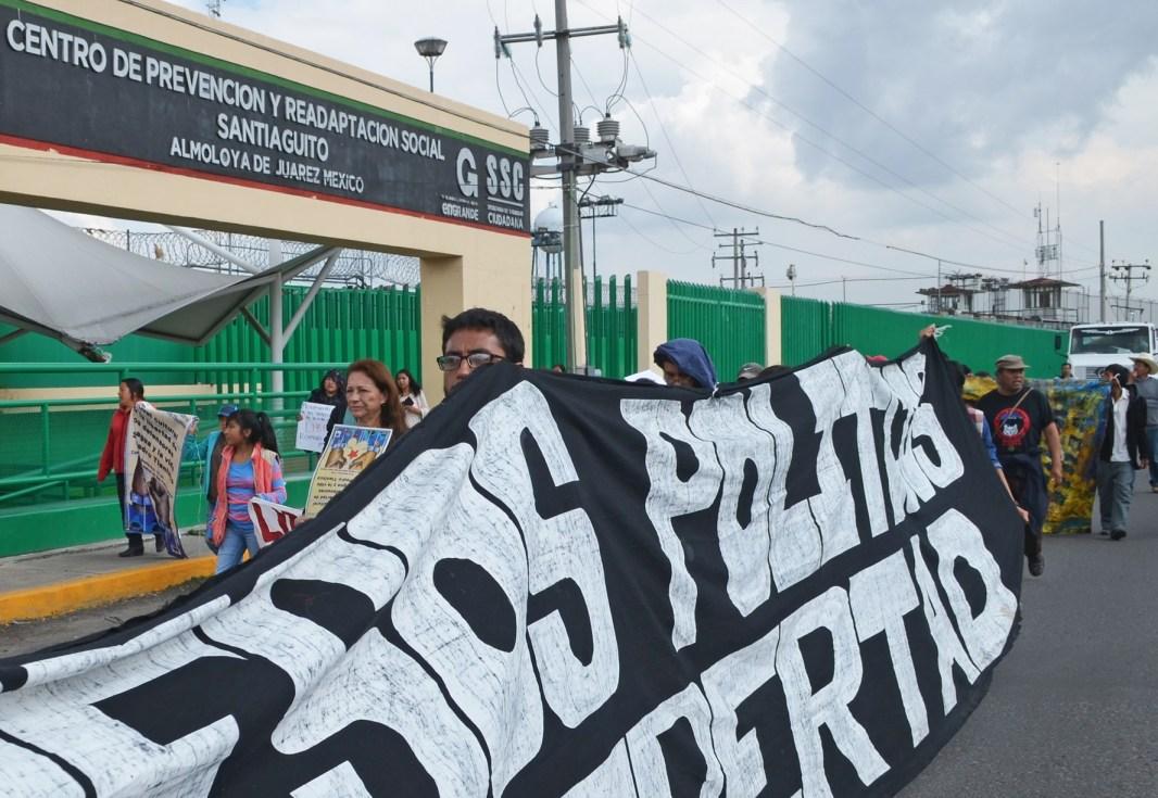 2016. Protesta a las afueras del penal de Santiaguito Almoloya de Juárez, durante la Jornada por la libertad de los defensores del agua y la vida de San Pedro Tlanixco. Fotografía: José Luis Santillán.
