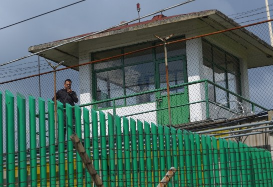 """Imagen de los custodios en el penal de Santiaguito Almoloya de Juárez durante la """"Jornada por la libertad de los defensores del agua y la vida de San Pedro Tlanixco"""" en Septiembre del 2016. Fotografía: José Luis Santillán"""