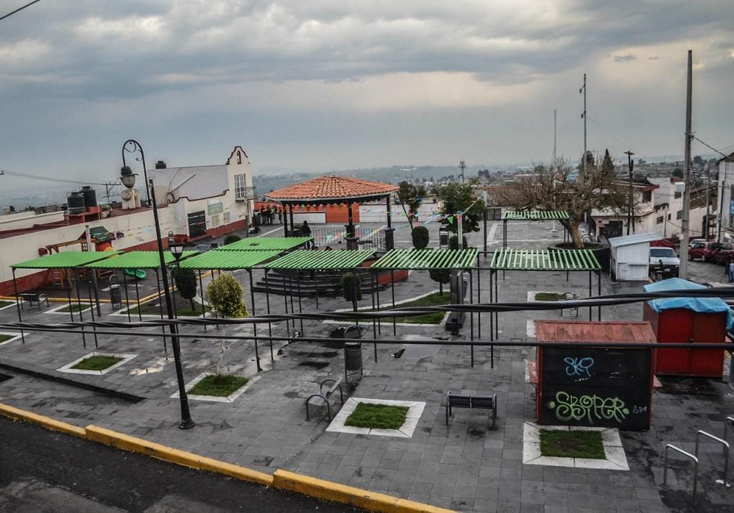 01 Nuevo mobiliario urbano en la plaza central de Santiago Tlacotepec. Fotografía José Luis Santillán.