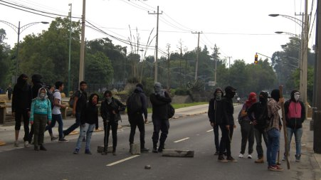 En espera / María Esparza Un contingente anarquista cerró Av Insurgentes. Dos compañeros declararían más tarde que su intención va más allá de causar disturbios o pintas, lo que quieren es presionar a los altos mandos sobre las peticiones estudiantiles.