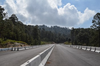 10 de junio de 2018. El trazo de la autopista además de realizarse en la ilegalidad, violando resoluciones judiciales favorables a las comunidades, está devastando miles de árboles, flora y fauna, pasa por encima de importantes fuentes hídricas. Fotografía: José Luis Santillán