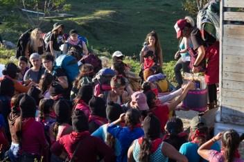 «Allí nos recibieron mujeres zapatistas, nos dieron la bienvenida, ayudaron a bajar y cargar nuestras mochilas hasta el lugar en donde acamparíamos.» Foto por Regina López.