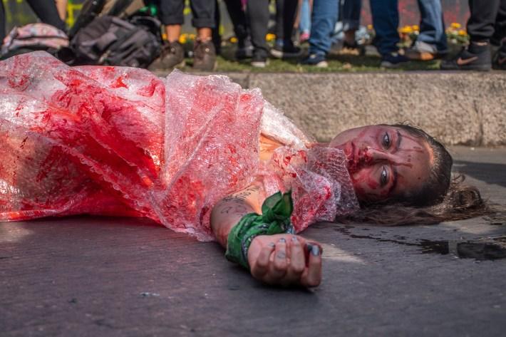 «De acuerdo con el SESNSP, en enero de este año 320 mujeres fueron asesinadas. Dentro de esta cifra 73 de los fallecimientos fueron clasificados como víctimas de feminicidio, lo que significa que 10 mujeres fueron asesinadas cada día en México en el primer mes del año». Sin embargo, existen otros registros que muestran cifras más altas.