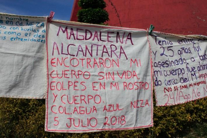 El contingente de familiares de víctimas de feminicidio portaba un tendedero de bordados con los testimonios de distintos casos en el Estado de México.
