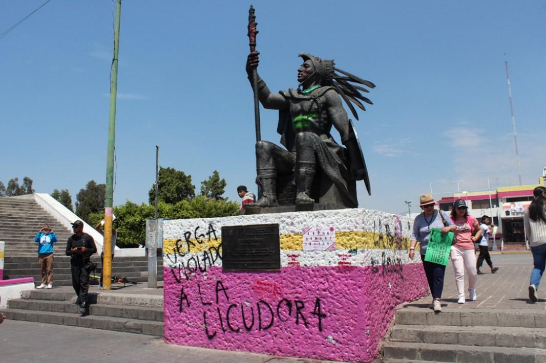 Monumentos con consignas feministas en el Ayuntamiento de Nezahualcóyotl, Edo. Mex.