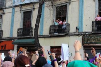 A lo largo de la marcha se pudieron observar a mujeres trabajadoras de distintos locales comerciales, apoyando a las que pasaban manifestándose.