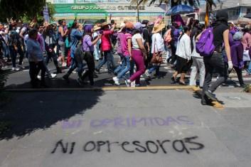 En Neza, marcharon madres y familiares de víctimas de feminicidio en el Estado de México, así como distintas colectivas de autodefensa que les acompañaron, tales como 'Comando Colibrí' y 'Mutatis Mutandis'.