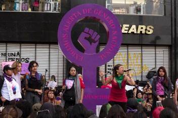 Batallones Femeninos rapeando en la antimonumenta.