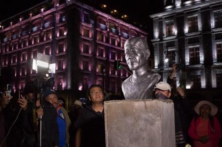 La noche del 20 de febrero fue colocado en el Zócalo de la CDMX el busto de Samir Flores Soberanes, el primer antimonumento dedicado a un defensor del territorio. Foto por Regina López.