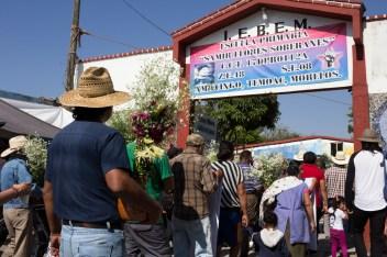 La marcha conmemorativa al año del asesinato de Samir Flores Soberanes, llega a la escuela primaria por la que luchó y que hoy lleva su nombre. Foto por Regina López.