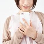 スマホを持っている女性の画像