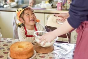 料理する母と子供の画像