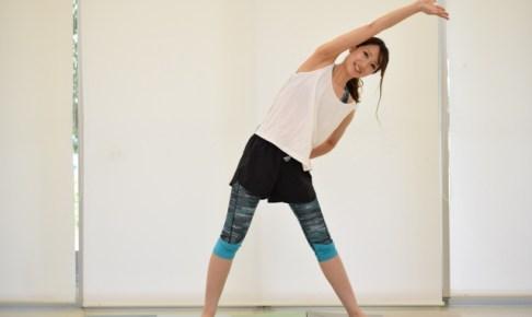 体幹をストレッチする女性画像