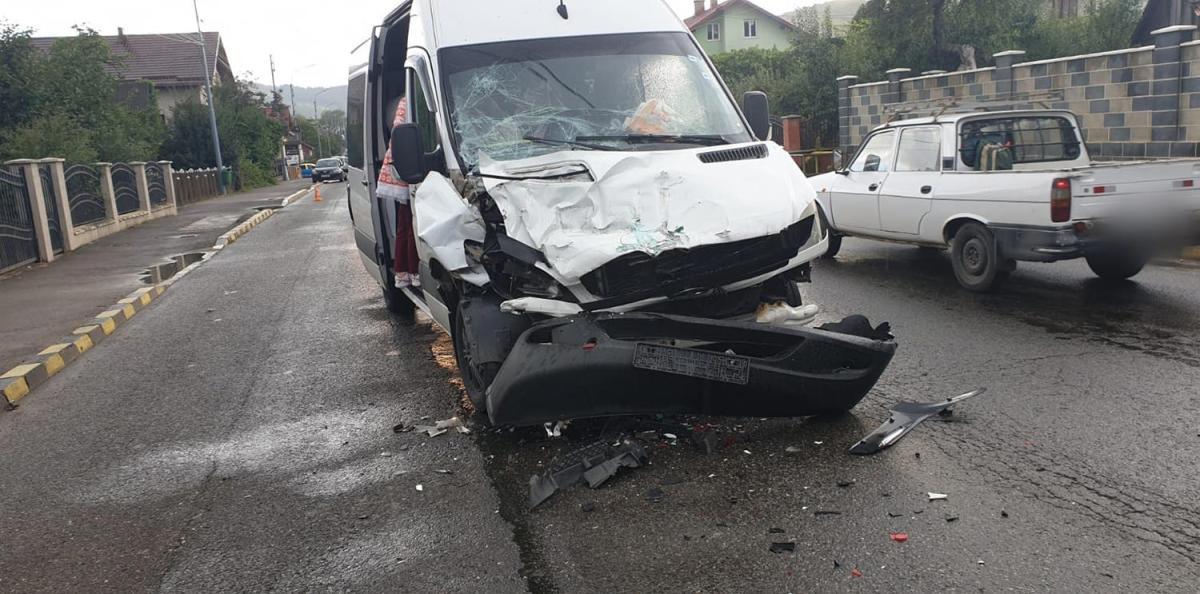 Accident rutier între un microbuz și un autotren în orașul Gura Humorului
