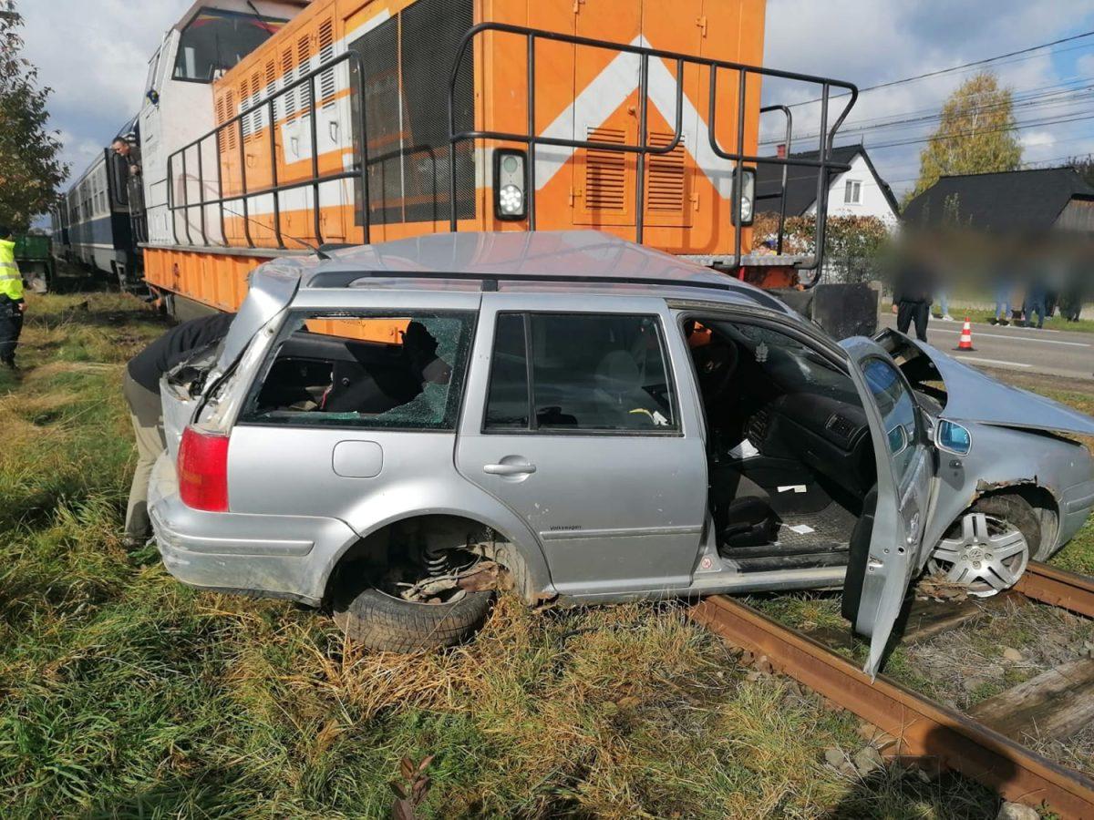 Autoturism lovit de tren în localitatea Bivolărie