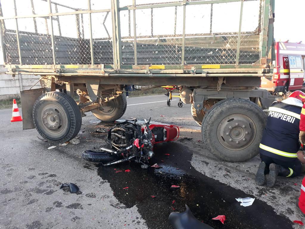 O motocicletă a intrat în remorca unui tractor în localitatea Verești