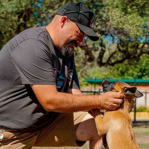 David Cabrerizo educando a un cachorro