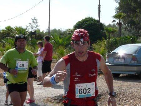Carlos Goldero i el seu gorrito, acompanyat al finishr Jordi Bort.