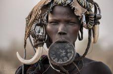opulația Surma din Sudan și Etiopia