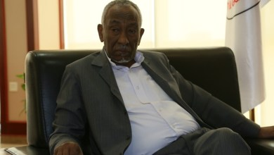 """Photo of وزير النفط السوداني يغضب في وجه الصحفيين ويصفهم بـ""""قليلي الأدب"""""""