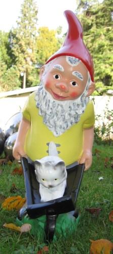 garden_gnome_with_wheelbarrow-20051026