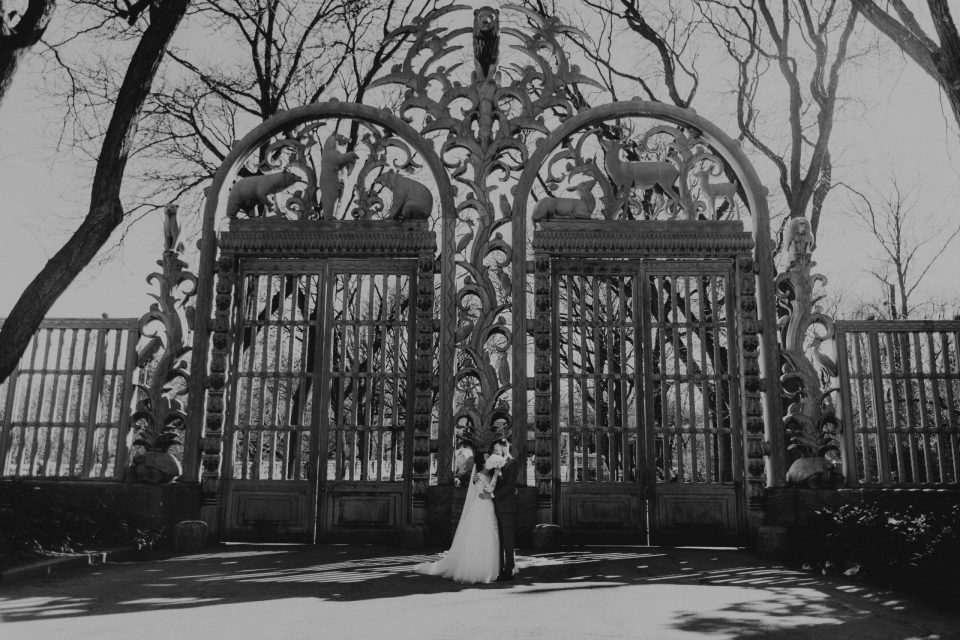 bronx-zoo-entrance-gates-wedding-photos-suessmoments