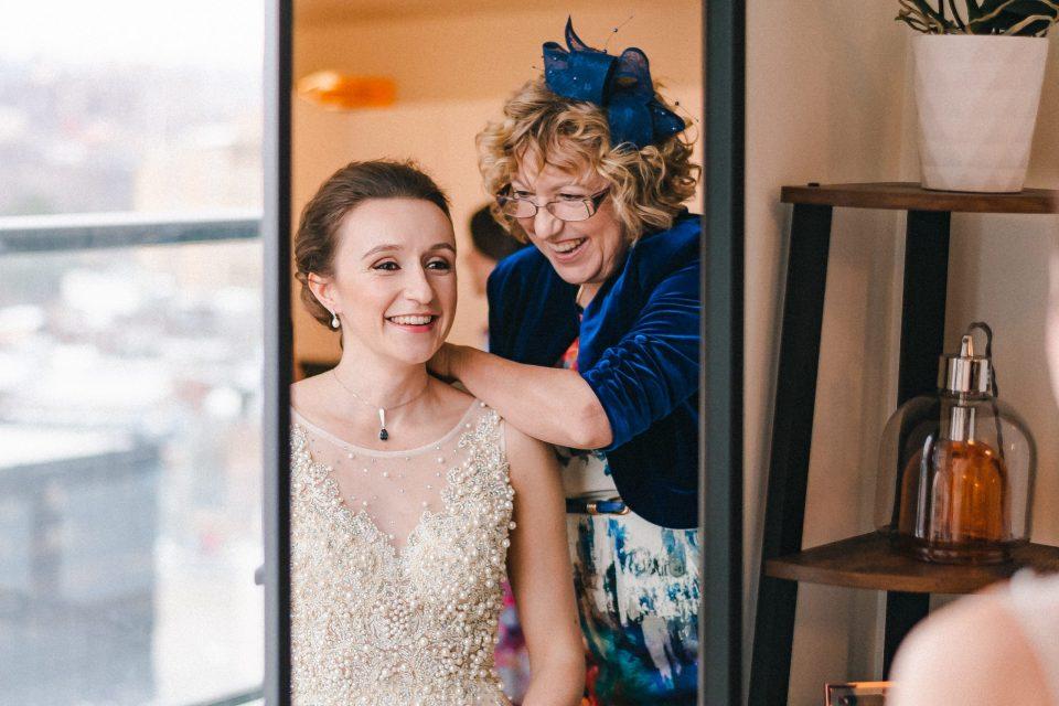 mother-of-bride-helping-bride-get-ready-suessmoments
