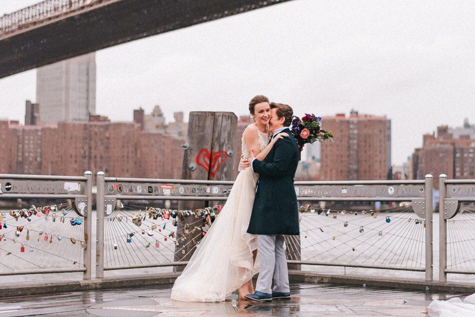 heart-drawing-on-brooklyn-bridge-lookout-suessmoments-wedding-photo