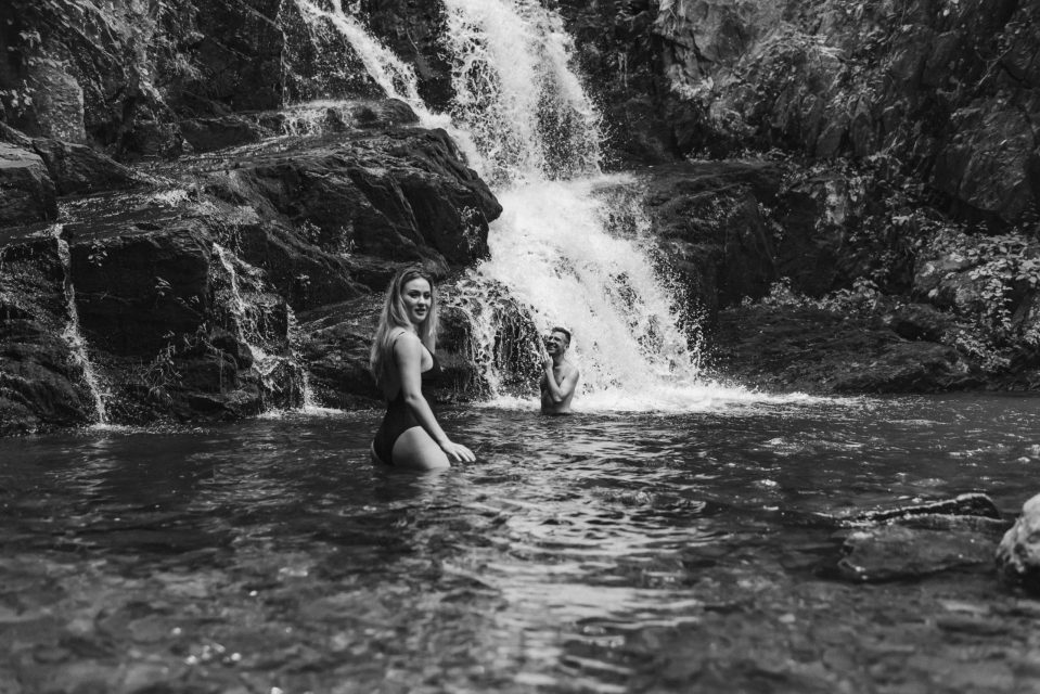 black-and-white-waterfall-couples-photo-suessmoments