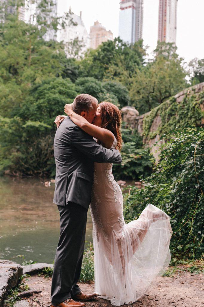 kiss-the-bride-gapstow-bridge-central-park-wedding-elopement-suessmoments-photos