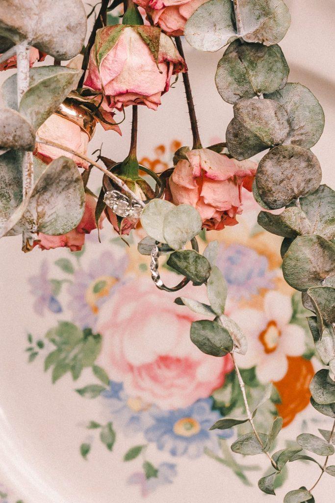 wedding-rings-in-flowers-suessmoments