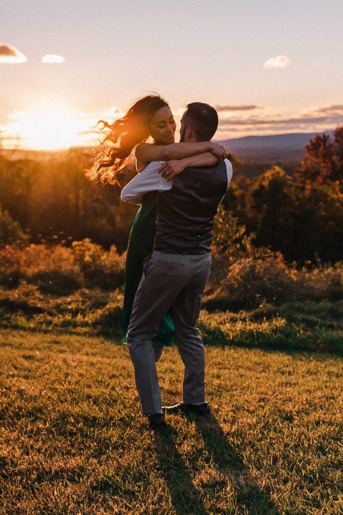 golden-hour-adventure-pose-wedding-engagement-photographer-suessmoments