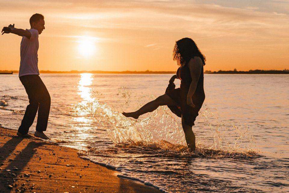 splash-beach-new-york-photo-session-engagement-photos-suess-moments