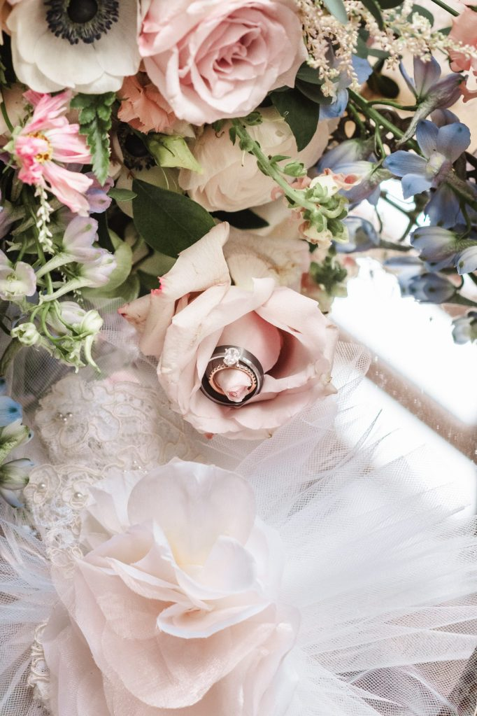 ring-shot-in-maple-field-florals-bouquet-suessmoments-wedding-photos