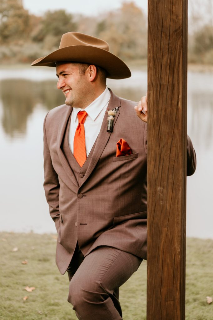 groom-with-cowboy-hat-photo-by-suessmoments