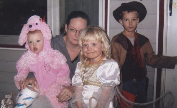 Amber Huggins with children Lauren and Kaylynn McConniel and Cameron Maddox