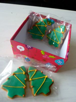 christmas tree biscuits / christmas tree cookies with fondant and royal icing