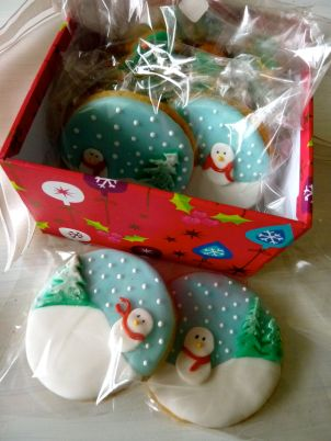 snowman biscuits / snowman cookies with fondant and royal icing
