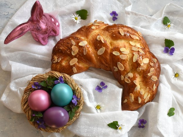 Godnkipfel und Osternest mit bunten Eiern